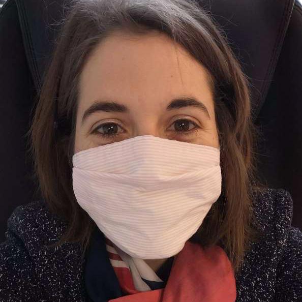masque en tissu porté par une femme de face